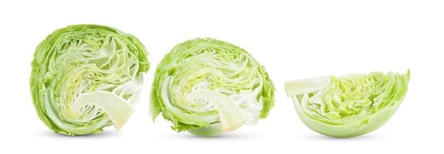Fatias de alface iceberg verde no fundo branco