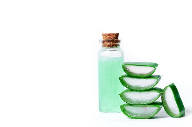 Fatias de aloe vera e jar com suco de aloe vera. conceito de cosméticos e fitoterapia.