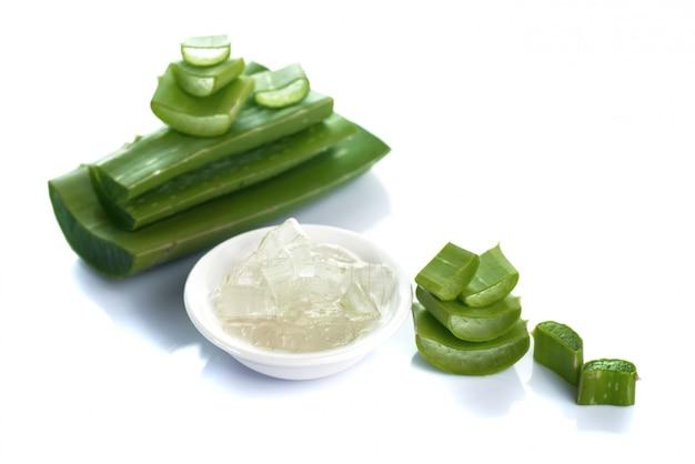 Fatias de aloe vera sair e gel de aloe vera em uma tigela. aloe vera é um medicamento herbal muito útil para cuidados com a pele e cabelos.