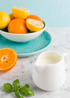 Fatias de alto ângulo de frutas cítricas e iogurte
