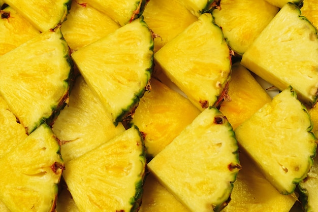 Fatias de amarelas suculentas de abacaxi. vista do topo.