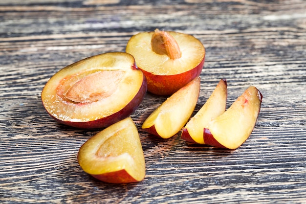 Fatias de ameixas caseiras durante o cozimento. ameixas maduras deliciosas e saudáveis