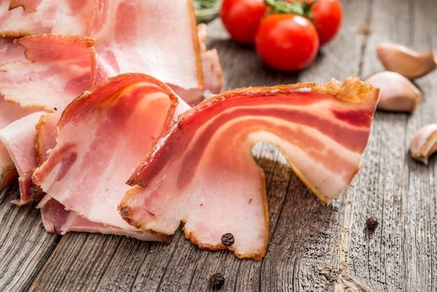 Fatias de bacon no fundo de madeira