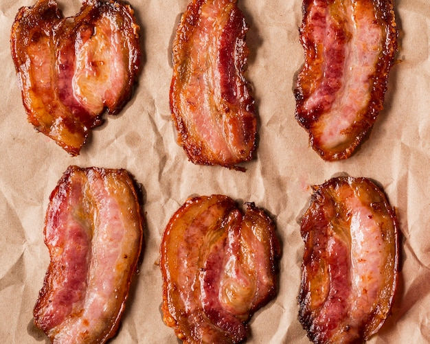 Fatias de bacon no papel de cima