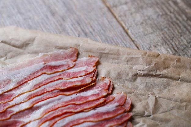Fatias de bacon sobre saco de papel