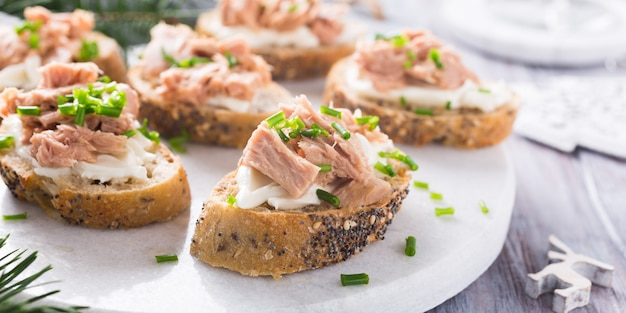 Fatias de baguete com atum fresco
