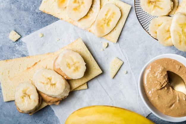 Fatias de banana, manteiga de caju e torradinhas sem glúten