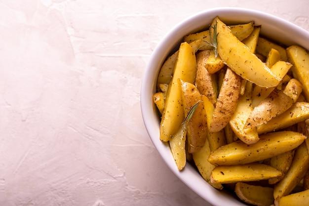 Fatias de batata assada com alecrim e azeite