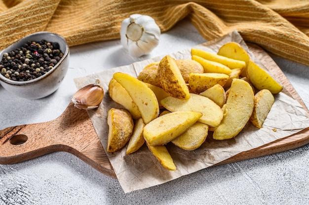 Fatias de batata congelada em uma tábua de madeira