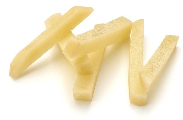 Fatias de batata crua preparadas para batatas fritas isoladas no fundo branco
