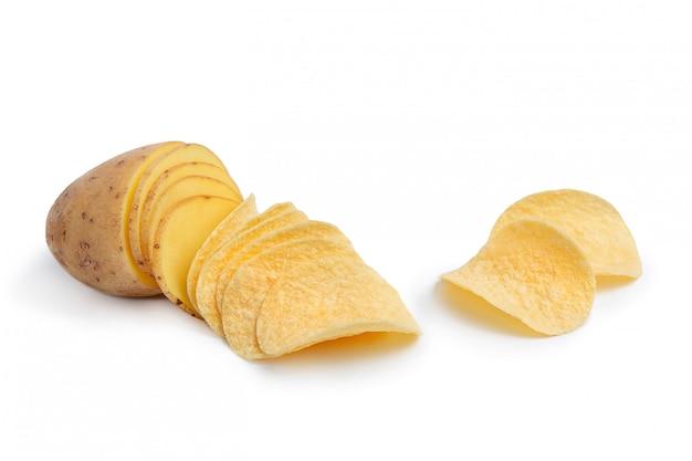 Fatias de batata e batatas fritas. a ideia é como as batatas se transformam em batatas fritas.