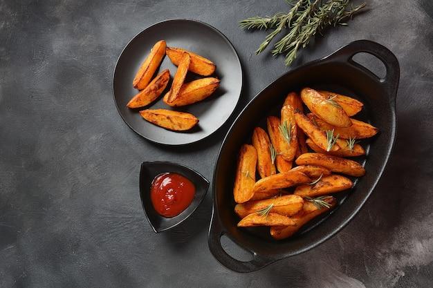 Fatias de batata frita assada com especiarias e alecrim