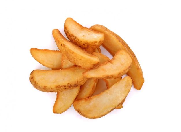 Fatias de batata frita isoladas no branco