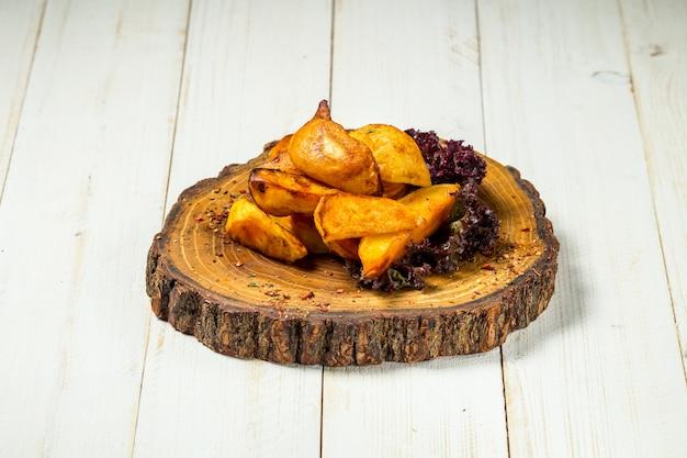 Fatias de batata frita rústica em uma placa de madeira