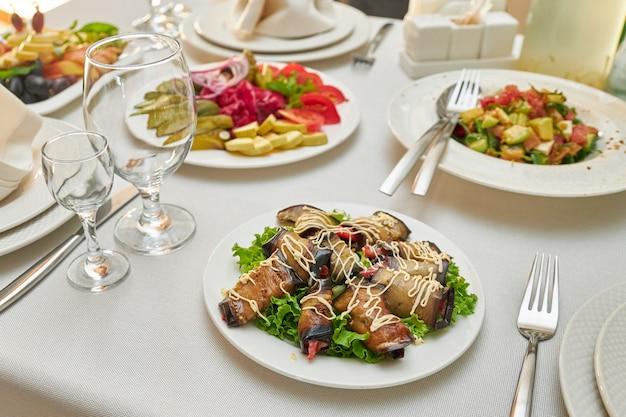 Fatias de berinjela frita rola como um lanche em uma mesa servida em um restaurante