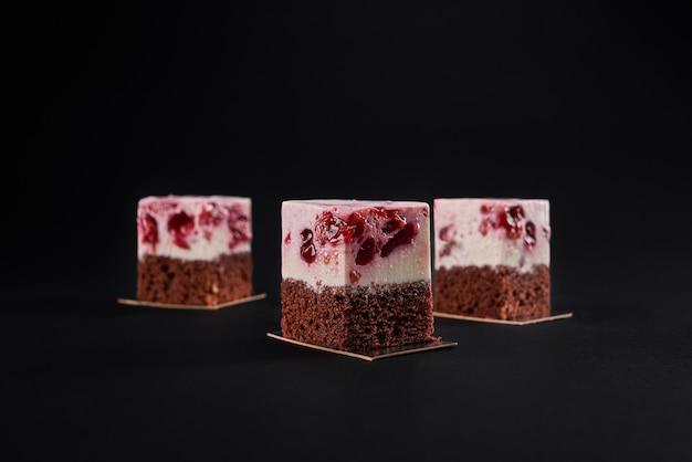 Fatias de bolo de biscoito marrom e mousse de cereja.