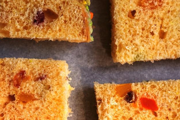 Fatias de bolo de frutas secas tradicionais para o natal pronto para assar na assadeira