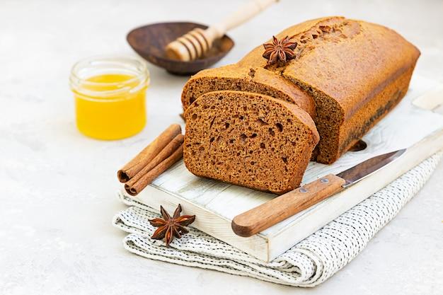 Fatias de bolo de mel picante com canela e anis estrelado. bolo de mel para rosh hashaná.