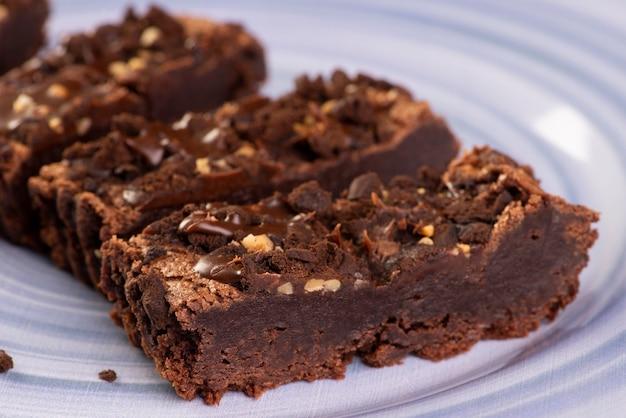 Fatias de brownie em um prato azul.