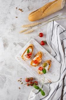 Fatias de bruschetta na mesa de mármore