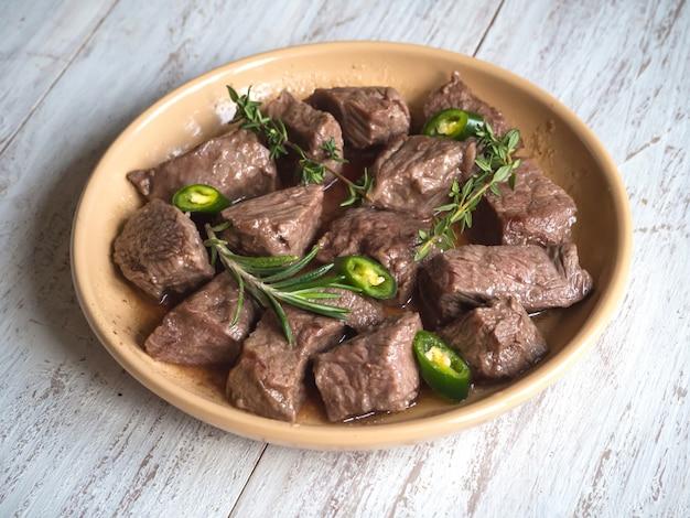 Fatias de carne assada em um prato. guisado de carne.