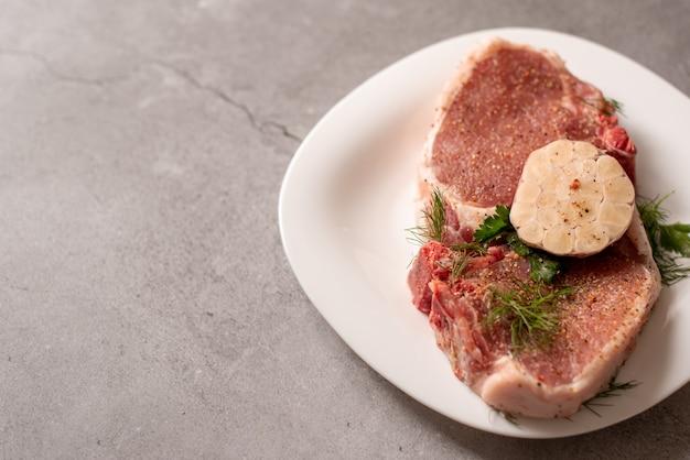 Fatias de carne crua de carne em uma tábua de madeira
