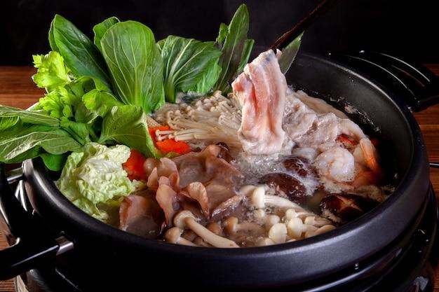 Fatias de carne de porco vegetal e ovo para sukiyaki