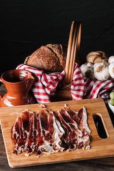 Fatias de carne perto de jarro e comida