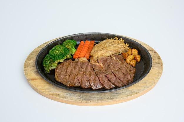Fatias de carne wagyu japonês conjunto com legumes na bandeja de madeira