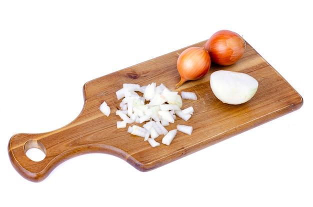 Fatias de cebola picada na tábua de cozinha.