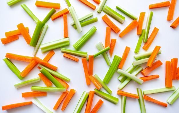 Fatias de cenoura e aipo, comida saudável, receita de fundo colorido