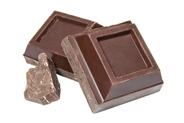 Fatias de chocolate amargo em um fundo branco