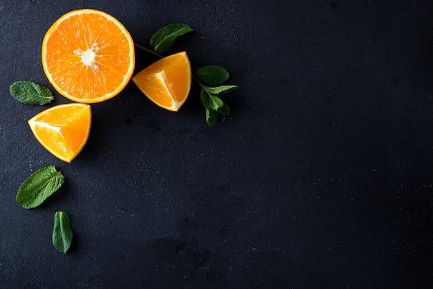 Fatias de citrinos e ervas de hortelã