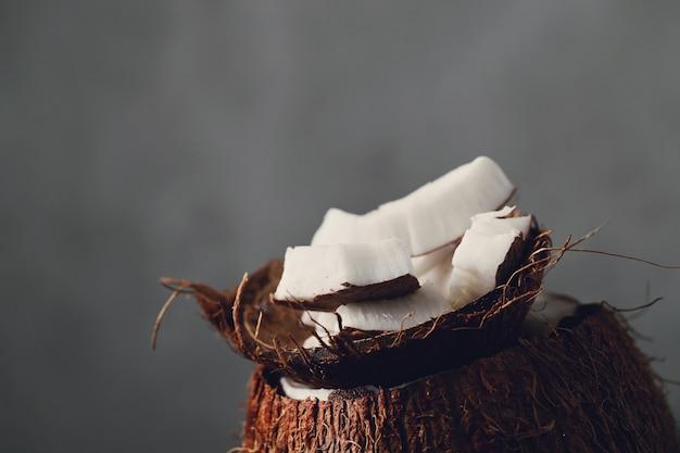 Fatias de coco sobre coco