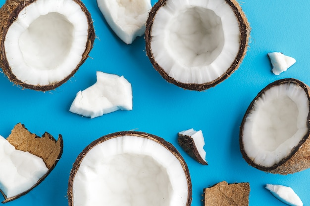 Fatias de cocos tropicais quebrados em azul