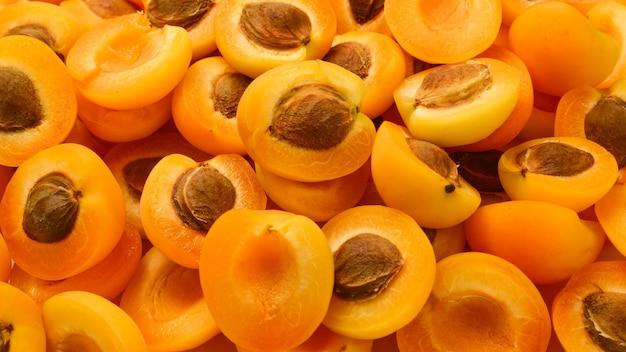 Fatias de damascos maduros e suculentos de laranja com superfície de frutas
