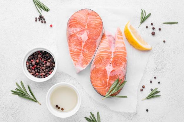 Fatias de fatias de salmão fresco e ervas
