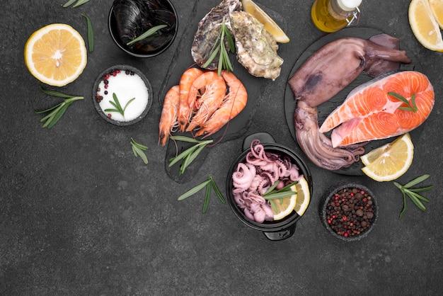 Fatias de fatias de salmão fresco e ingredientes