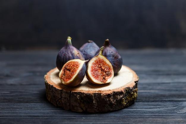 Fatias de figo em uma placa de madeira
