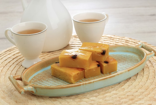 Fatias de fita prol caseira ou bolu tapai na chapa branca. prol tape é um bolo tradicional da indonésia, feito de mandioca fermentada