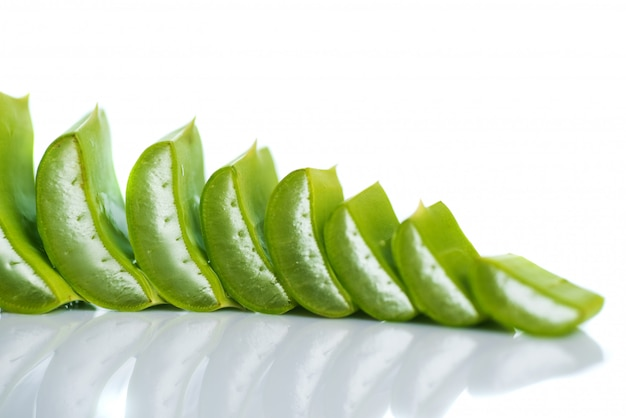 Fatias de folhas de aloe vera e gel de aloe vera. aloe vera é um medicamento herbal muito útil para cuidados com a pele e cabelos.