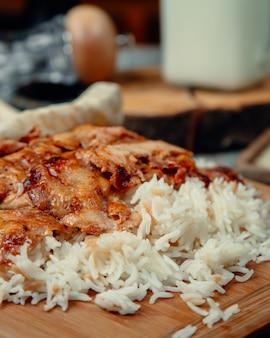 Fatias de frango assado com arroz
