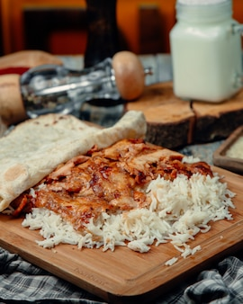 Fatias de frango assado em tortilla com arroz
