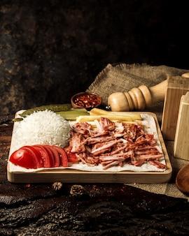 Fatias de frango com arroz e tomate