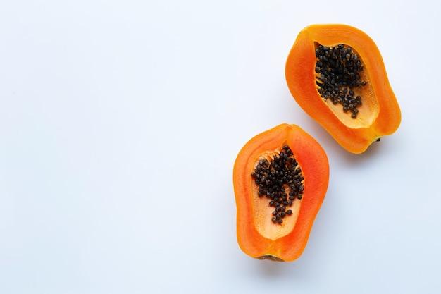 Fatias de fruta da papaia em um fundo branco.