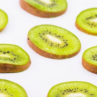 Fatias de fruta kiwi fresco sobre fundo branco