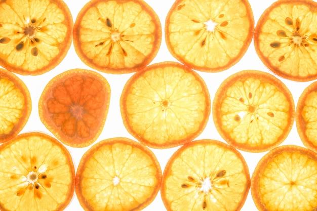 Fatias de frutas cítricas mandarim em branco