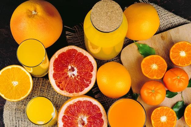 Fatias de frutas cítricas suculentas na mesa close-up
