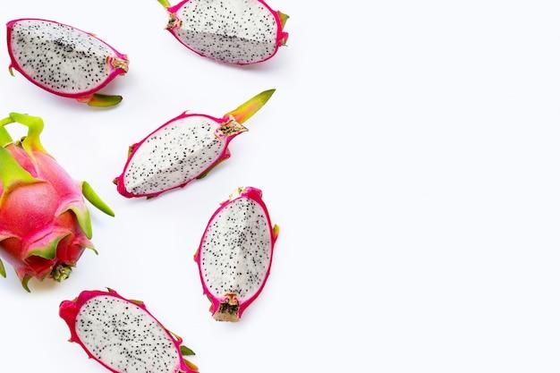 Fatias de frutas de dragão, pitaya isolado no fundo branco. deliciosas frutas exóticas tropicais