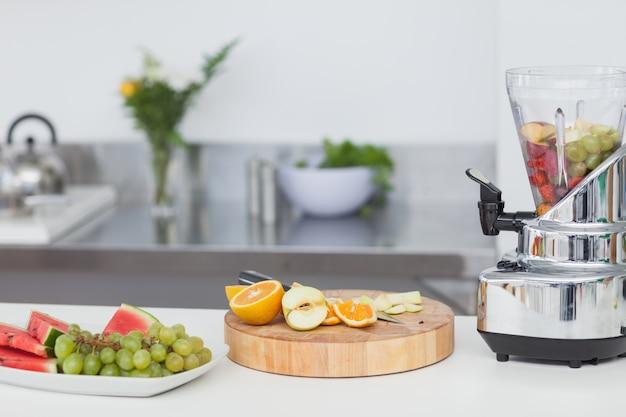 Fatias de frutas diferentes para um coquetel de frutas